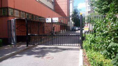 Распашные ворота на въезде во двор в Москве