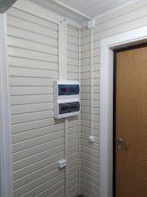 Электрощиток расположен у основного входа в дом
