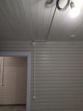 В местах под люстры и светильники установлено временное освещение
