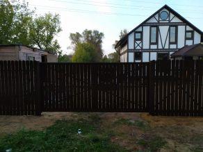 Откатные ворота без автоматики и забор из евроштакетника