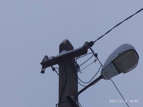 Надёжное крепление электрического кабеля на столбе