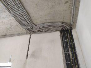 Переход от стены к потолку шлейфа кабелей
