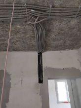 Шлейф кабелей под потолком в гофре