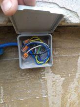 Соединения кабелей в распределительной коробке на улице