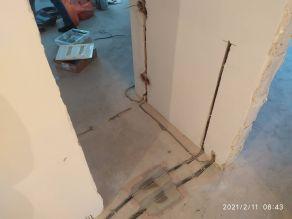 Проложенный кабель в коридоре